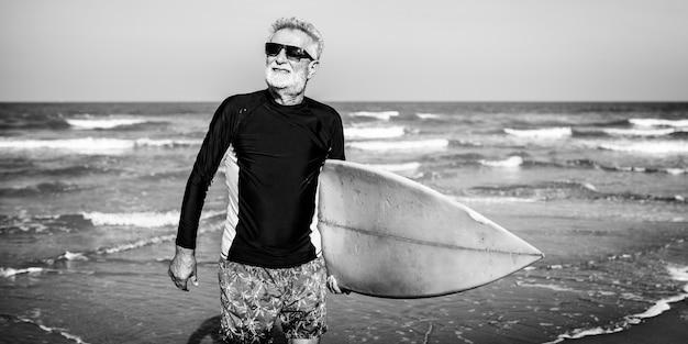Surfeur sur une belle plage