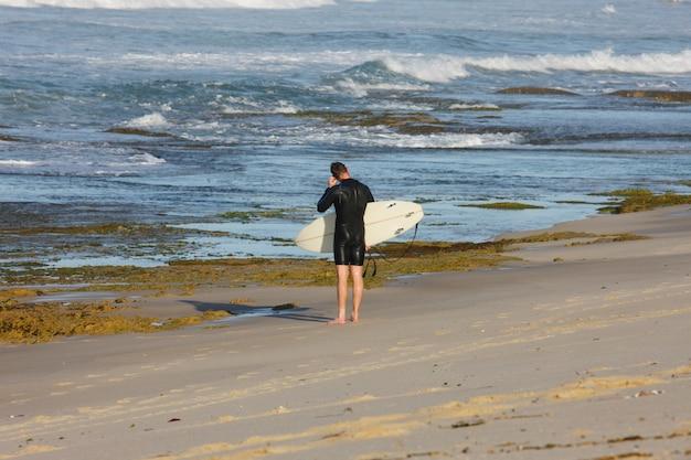 Surfeur entrant dans la mer