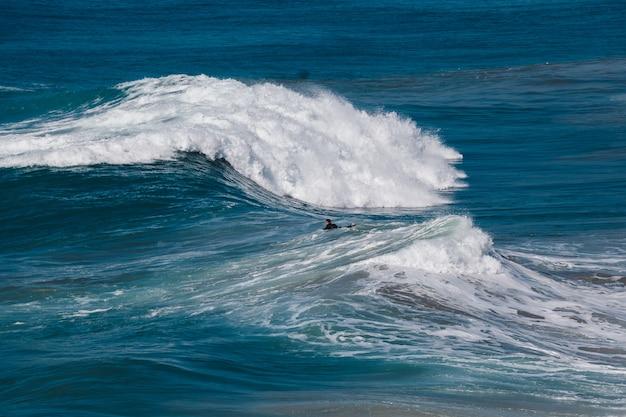 Surfeur entre les vagues sur la table