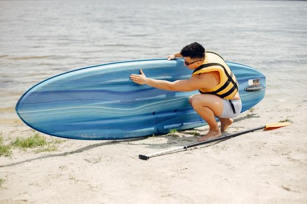 Surfeur sur une plage d'été