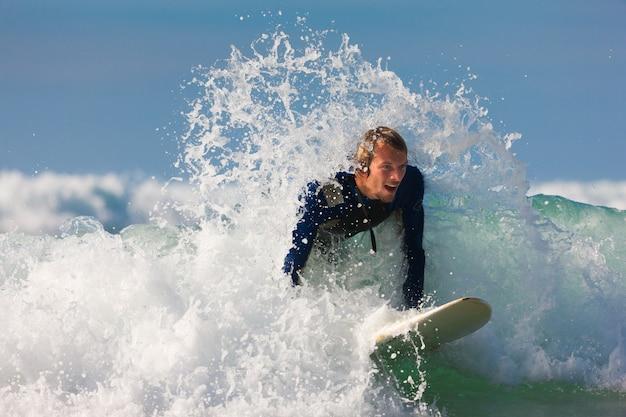 Surfeur et planche en mer avec vagues