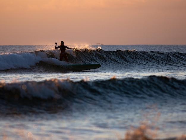 Surfeur sur la vague