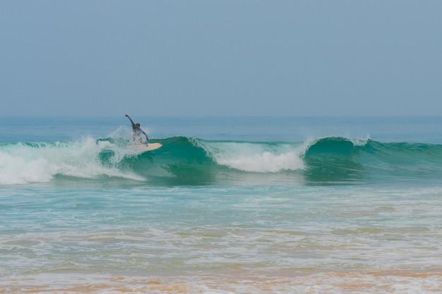 Les surfeurs chevauchent une vague dans l'océan.