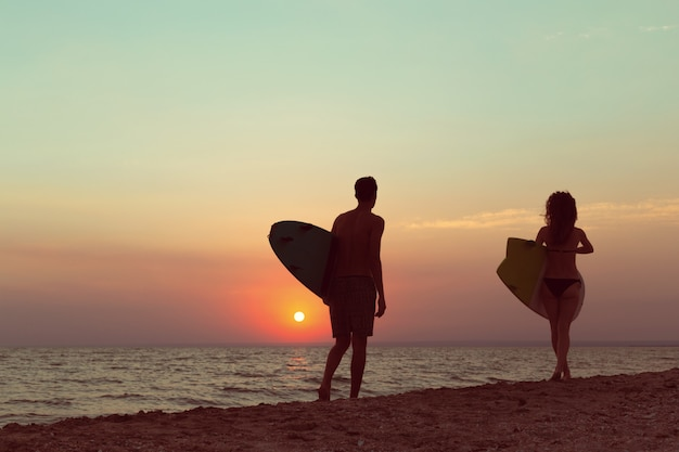 Surfeurs sur la plage s'amusant en été