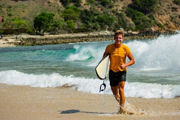 Les surfeurs vont à la plage.