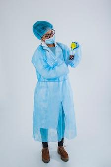 Surgeon posant avec l'échantillon
