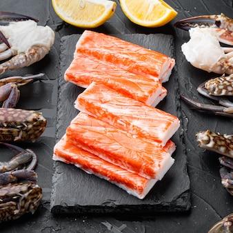 Surimi de chair de crabe frais avec ensemble de crabe bleu nageur, sur planche de pierre, sur tableau noir