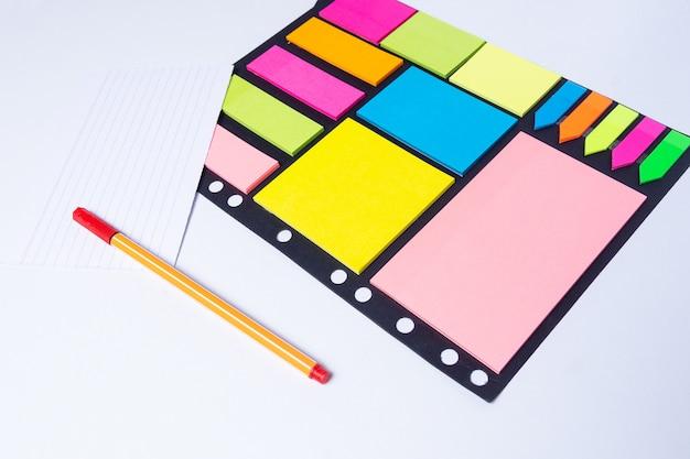 Surligneurs colorés, stylos, marqueurs, couleurs autocollantes et papier vierge pour travailler ou étudier