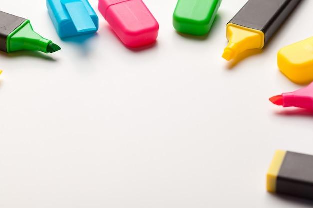 Surligneurs multicolores. isolé, blanc, fin, haut