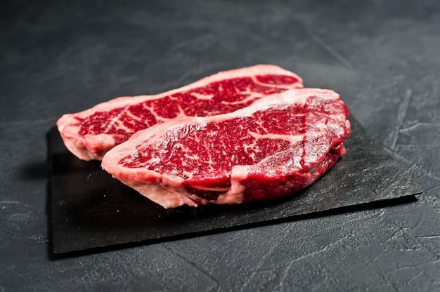 Surlonge un steak de bœuf cru.