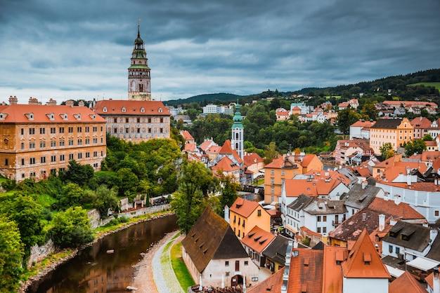 Surplombant le centre-ville historique de cesky krumlov. république tchèque