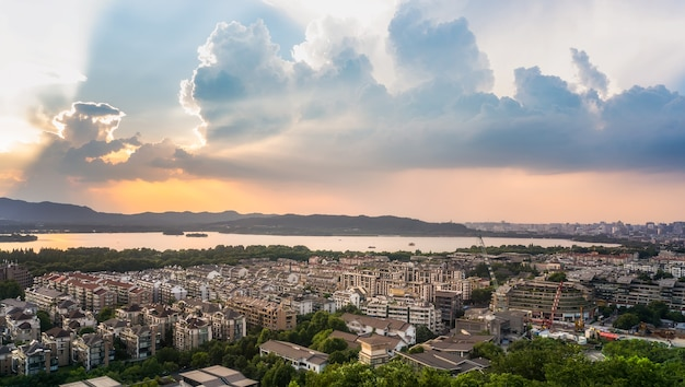 Surplombant le lac hangzhou west au soleil couchant