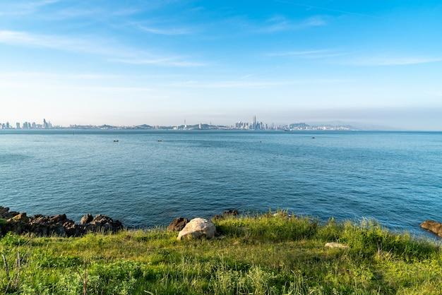 Surplombant la ligne d'horizon de la côte de la ville de qingdao