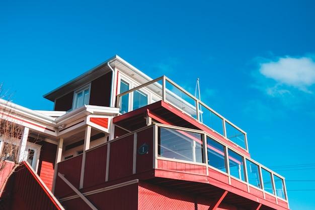 Surplombant la maison contre le ciel bleu