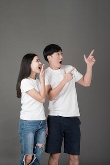 Surpris, asiatique, couple, pointage, côté