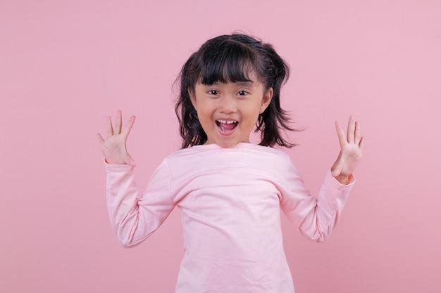 Surpris de beaux enfants portant un t-shirt rose tendre
