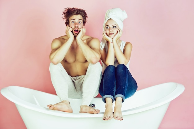 Surpris couple d'homme et femme sur la baignoire spa et beauté se détendre et soins d'hygiène