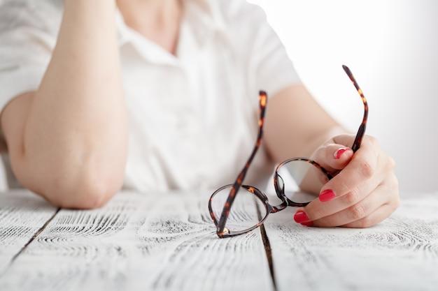 Surpris, femme affaires, décollage, lunettes, quoique, lecture, bureau