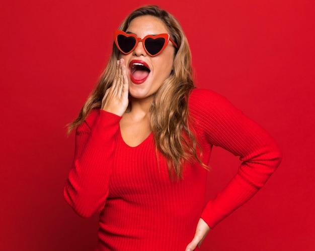 Surpris femme posant avec des lunettes de soleil