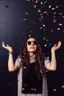 Surpris femme souriante entourée de confettis