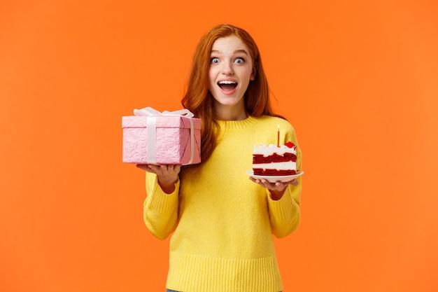Surpris heureuse et amusée rousse joyeuse b-day girl fête son anniversaire recevoir des cadeaux