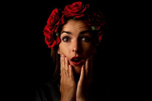 Surpris jeune femme dans une couronne de fleurs