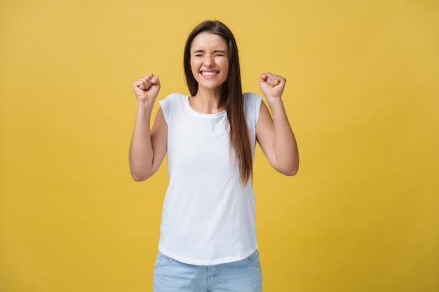 Surpris de jeune femme en émotion excitée sur fond jaune.
