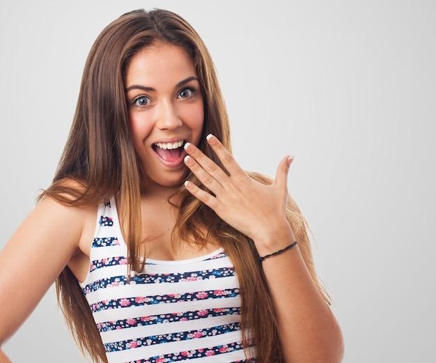 Surpris jeune femme avec un grand sourire