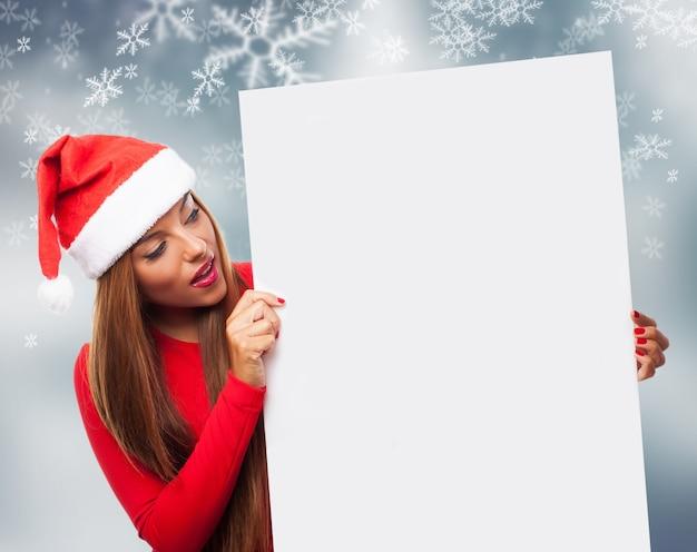 Surpris jeune femme avec une pancarte en blanc