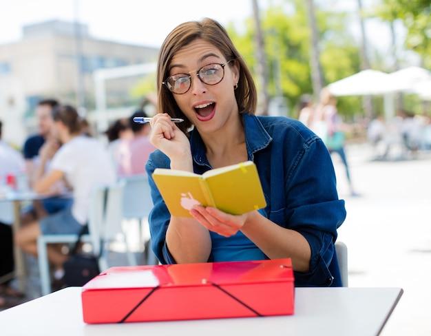 Surpris jeune femme à l'université