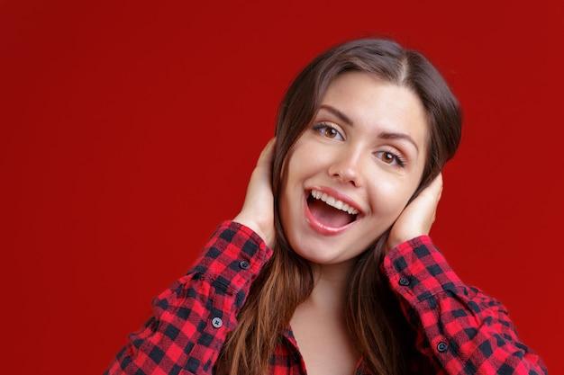 Surpris jolie jeune femme