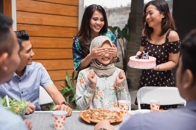 Surprise d'anniversaire avec des amis