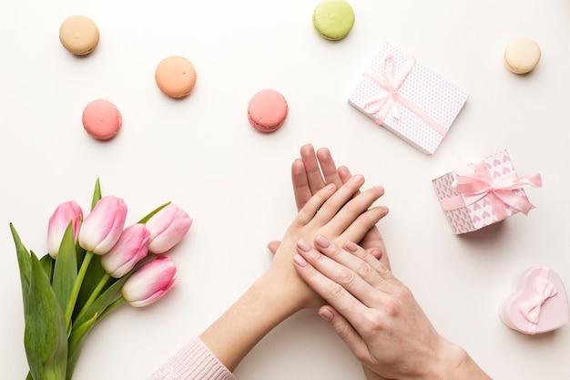 Surprise de la fête des mères avec des fleurs et des bonbons