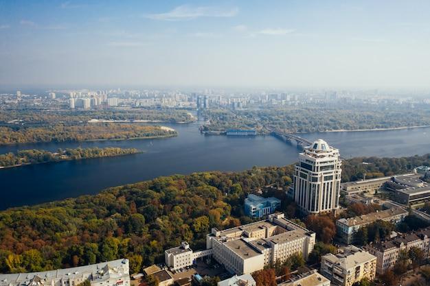 Survol du pont de kiev. photographie aérienne
