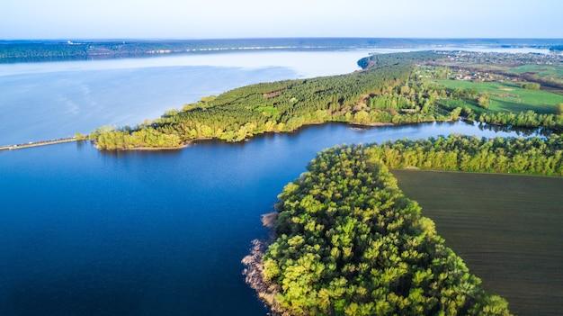 Survolant la belle caméra aérienne de la rivière de printemps