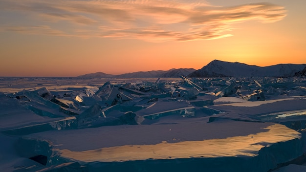Survolez le lac baïkal gelé jusqu'au cap unshui. le lac est recouvert de glace.