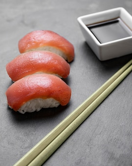 Sushi à angle élevé avec bâtonnets et sauce