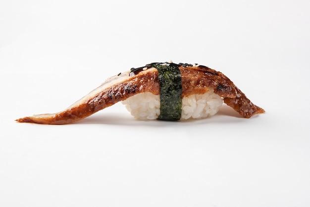 Sushi avec anguille fumée sur une surface blanche