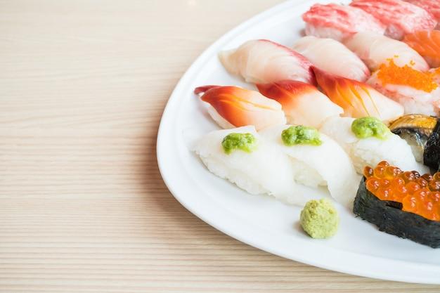 Sushi en assiette blanche