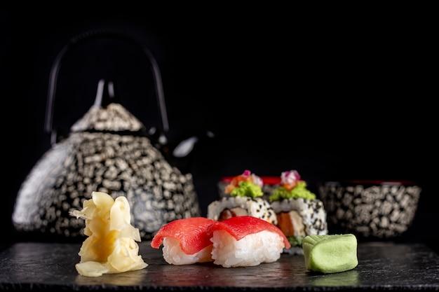 Sushi sur une assiette sombre