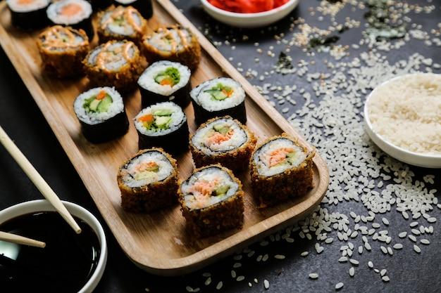 Sushi au concombre, gingembre, wasabi, sauce soja et graines de sésame