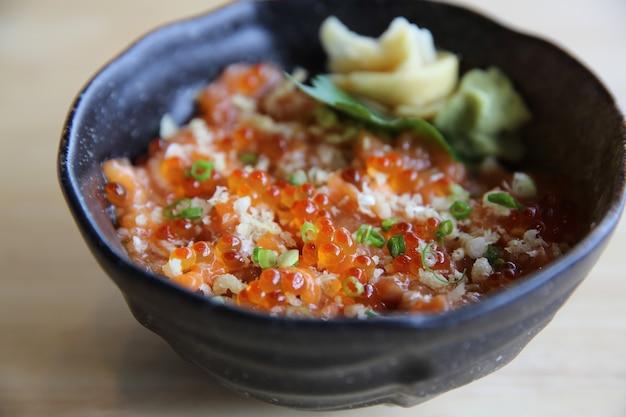 Sushi au saumon don sur fond de bois