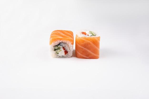 Sushi au saumon sur espace blanc