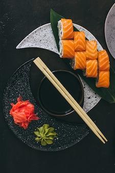 Sushi au saumon, fromage à la crème philadelphia, concombre et wasabi.