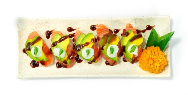 Sushi au saumon nigiri sur l'avocat et sauce japonaises style alimentaire topview