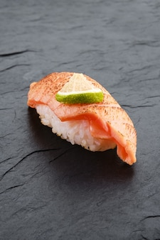Sushi au saumon poêlé sur plaque d'ardoise