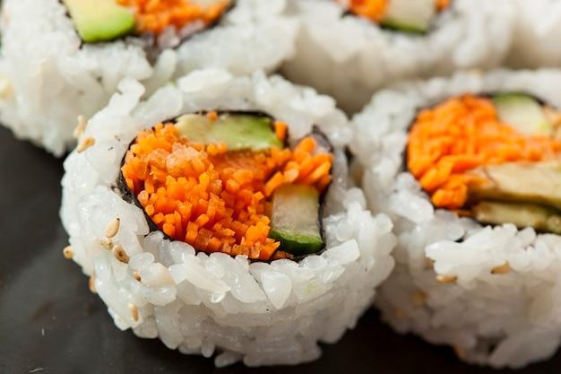 Sushi aux carottes sur une assiette
