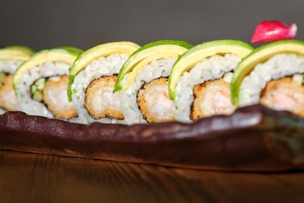 Sushi aux crevettes panées frites concombre avocat et sauce teriyaki