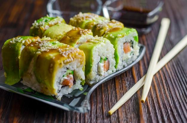 Sushi à l'avocat et saumon au fromage de philadelphie en gros plan