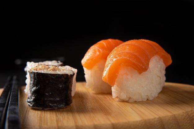 Sushi, bel arrangement de sushi en bois sur une surface sombre